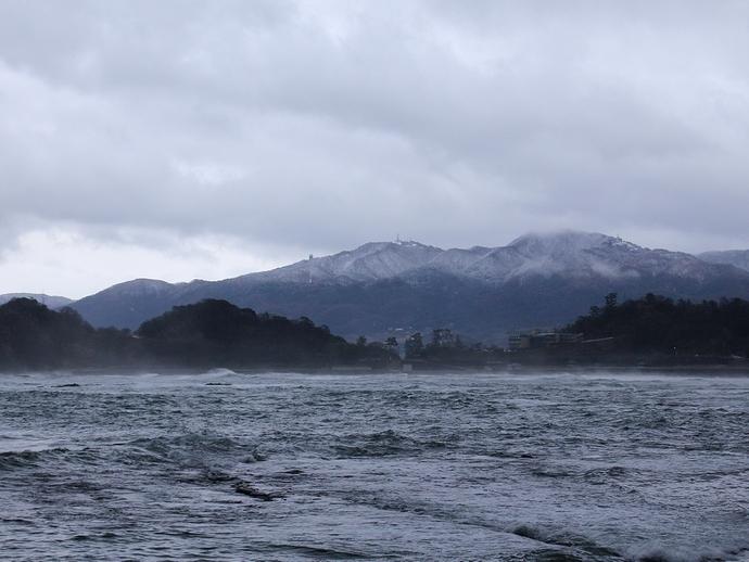 うっすら雪化粧した山並み(輪島市にて)