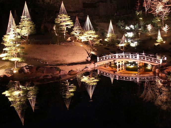 玉泉院丸庭園のライトアップされた雪吊りや橋