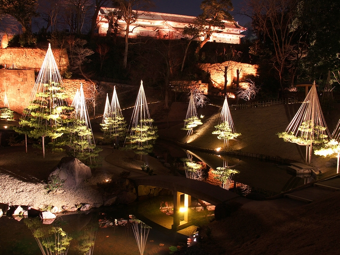 玉泉院丸庭園と三十間長屋のライトアップ(金沢城公園)