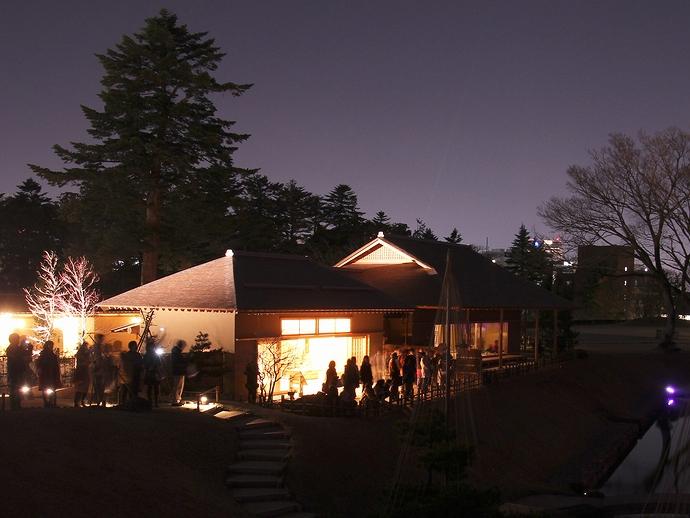 庭園のライトアップを鑑賞する人たち(金沢城玉泉庵)
