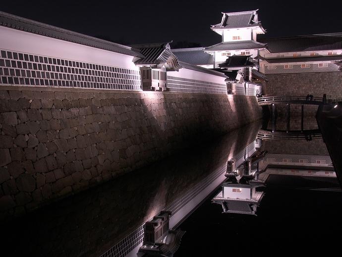 お堀に映る金沢城(ライトアップ)