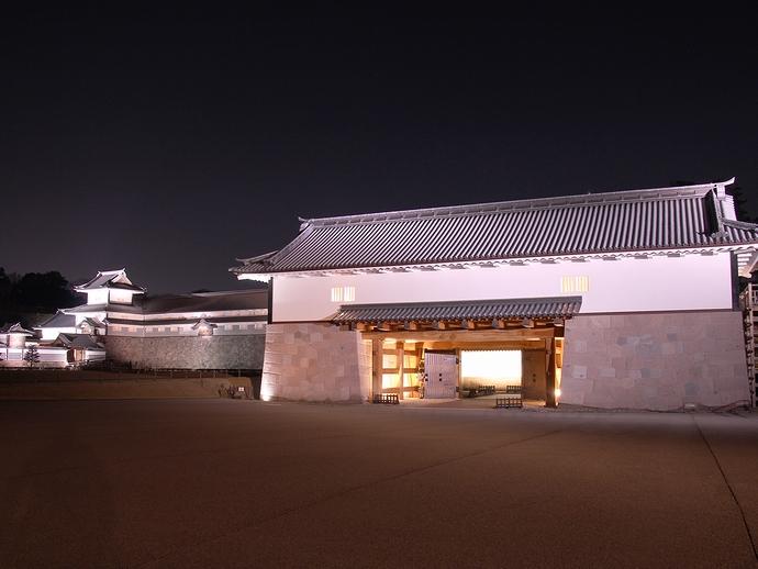 ライトアップされた金沢城河北門(三の丸広場より)