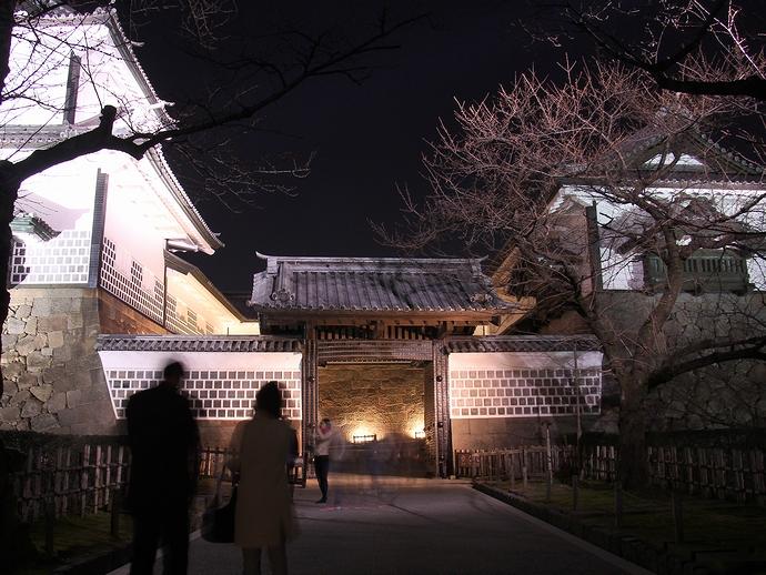 ライトアップされた金沢城石川門一の門
