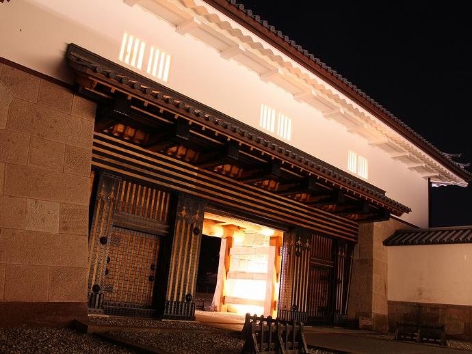 ライトアップされた金沢城河北門(枡形の内部より)