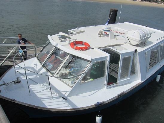 この小さい船に乗って水上観光に行く