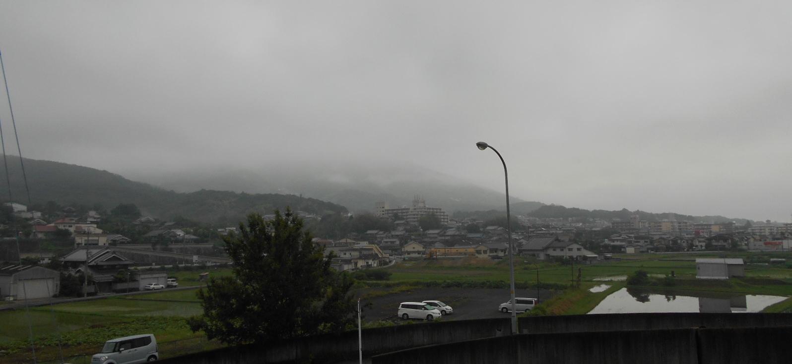 朝靄に霞む生駒山