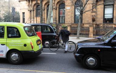 右折のため車道のセンターに入る自転車