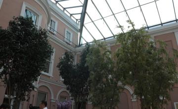 博物館の中庭でアフタヌーンティー