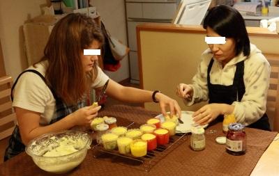 カップケーキを作る2人