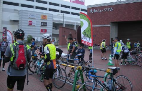 ヤマトミュージアム前にはためくAJ広島旗