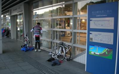 松山観光港で輪行準備開始