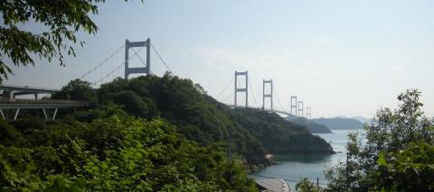 大島から来島海峡大橋を望む