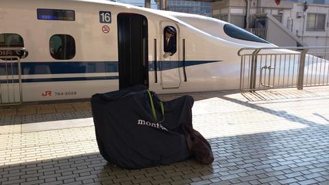 名古屋駅新幹線ホームでモンベル輪行バッグ2