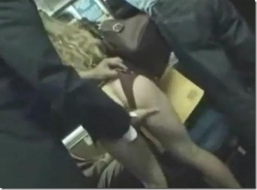 【無料動画】海外の痴漢事情3(バス編)金髪美女のお尻を突き出させて手マンアクメ2