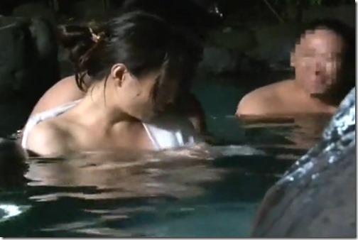 【夫婦生活妻の秘めごとエロ動画】混浴露天風呂は人妻のパラダイス。密通男の優しさも感じられて・・