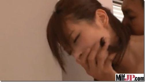 【働くお姉さんのエロ動画横山美雪】ボクのピストンに保健室の先生は寝てる生徒に気づかれないよう声を押殺す