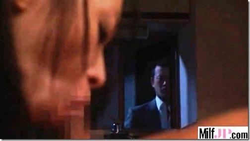 【夫婦生活夫婦の寝室エロ動画】妻は、夫婦の寝室の主演女優。こっそり間男に覗かせながら・・・