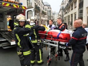 被害者を運ぶ救急車