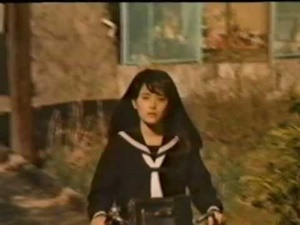 自転車に乗る百合子