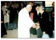 ヨハネ・パウロ2世を皇居で迎える昭和天皇