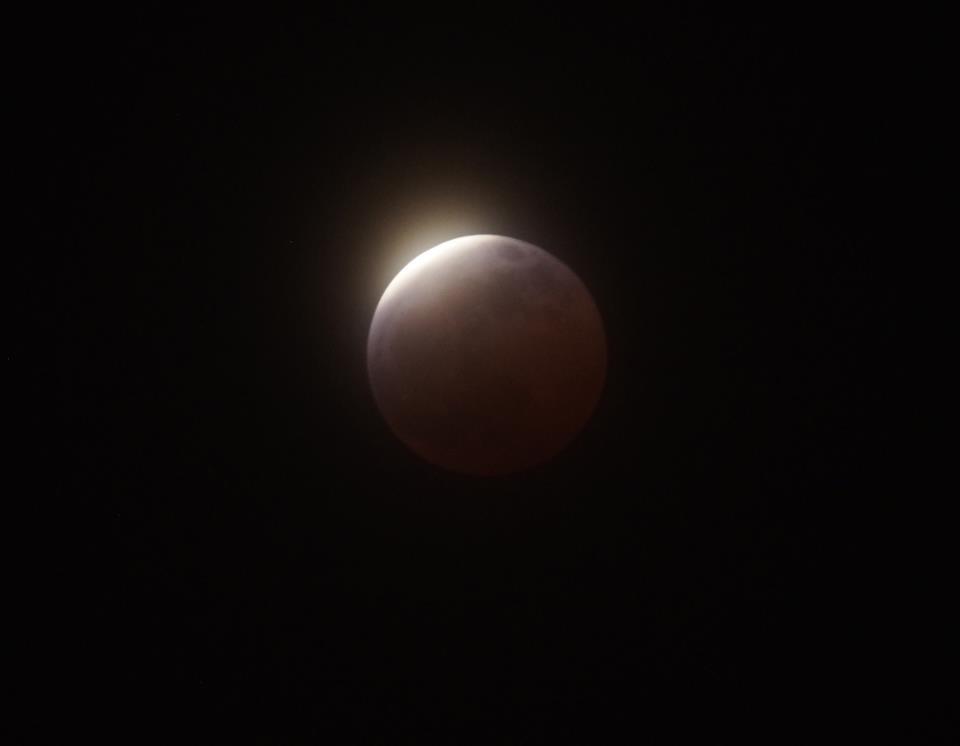 もうすぐで皆既月食の月