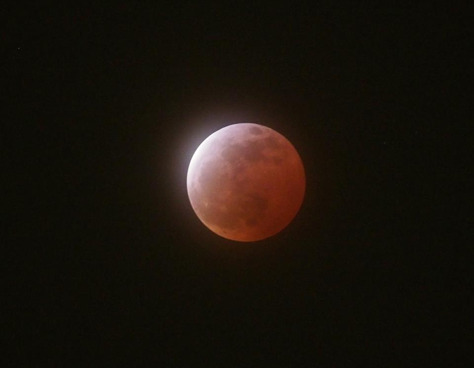 皆既月食で赤銅色に染まった月