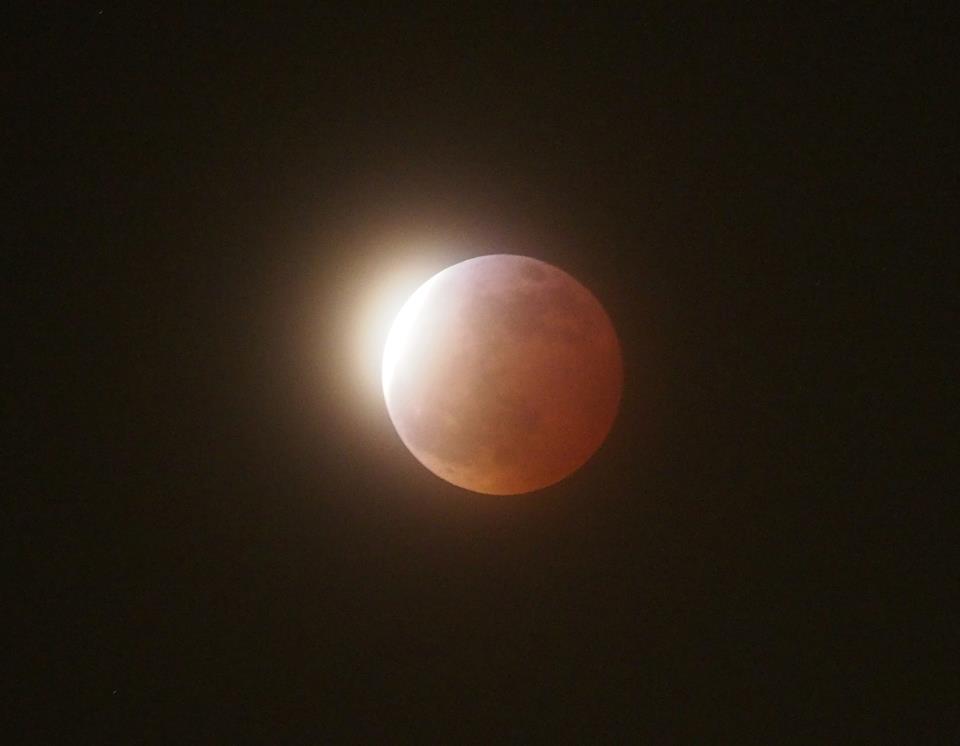 輪郭が明るくなり始めた月