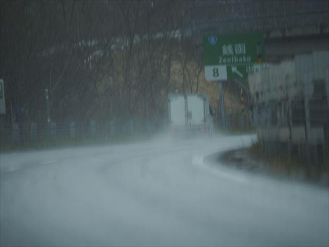 雨降る高速道路を走る車その1