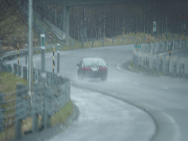 雨降る高速道路を走る車その2