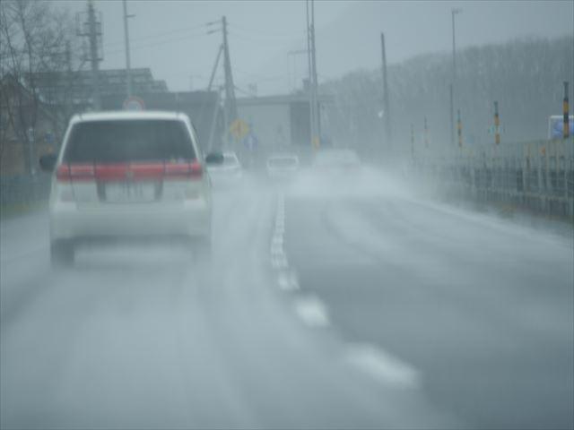 雨降る高速道路を走る車その3