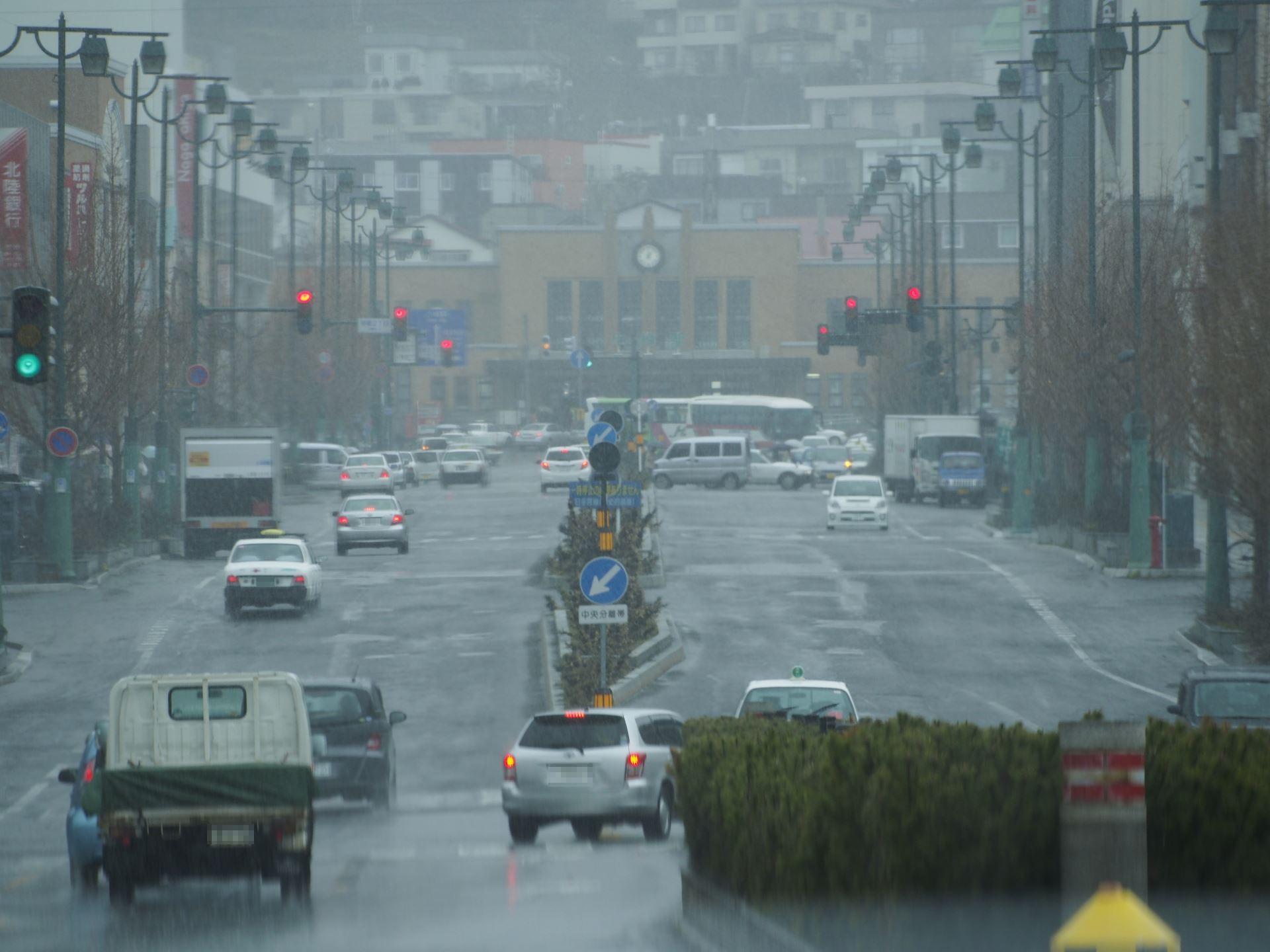 雨の日における小樽駅前中央通り
