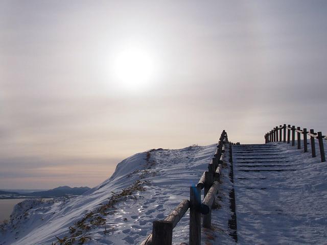 凍えそうな美幌峠展望台の上り道