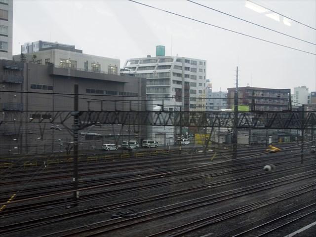 鶴見駅を出発