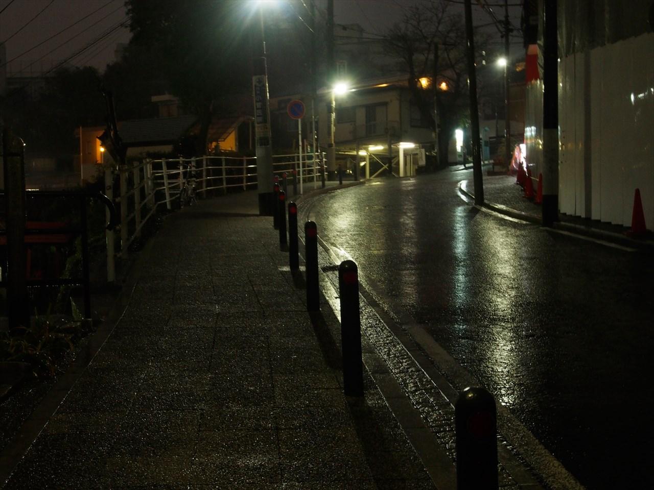 雨が降る夜の坂道