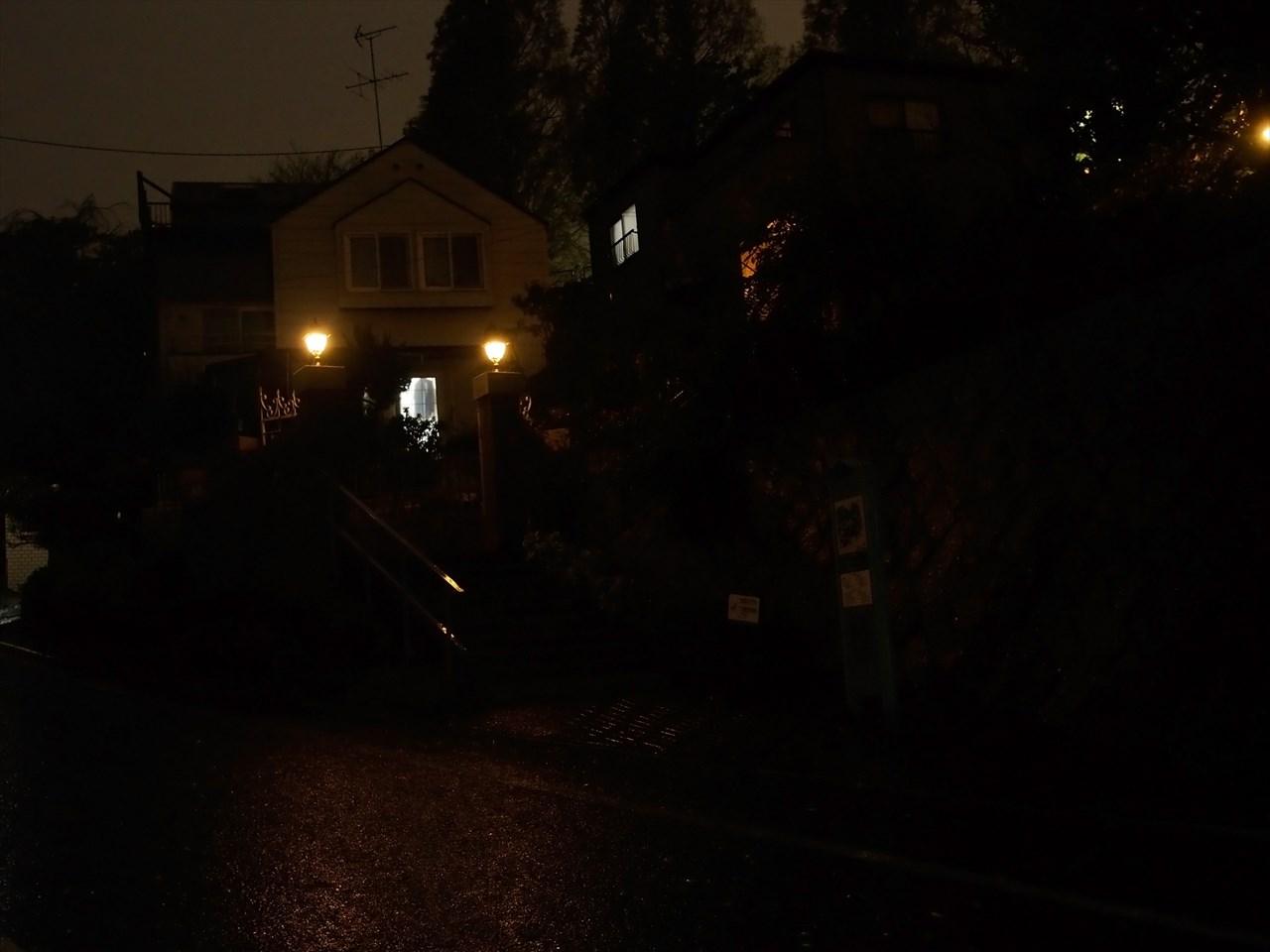 夜のブラフ18番館の入り口