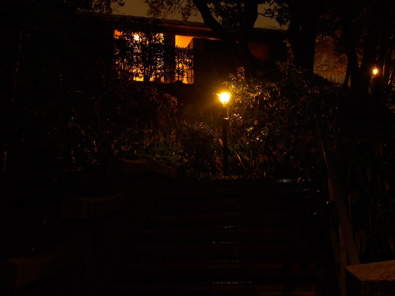 灯りが灯るブラフ18番館