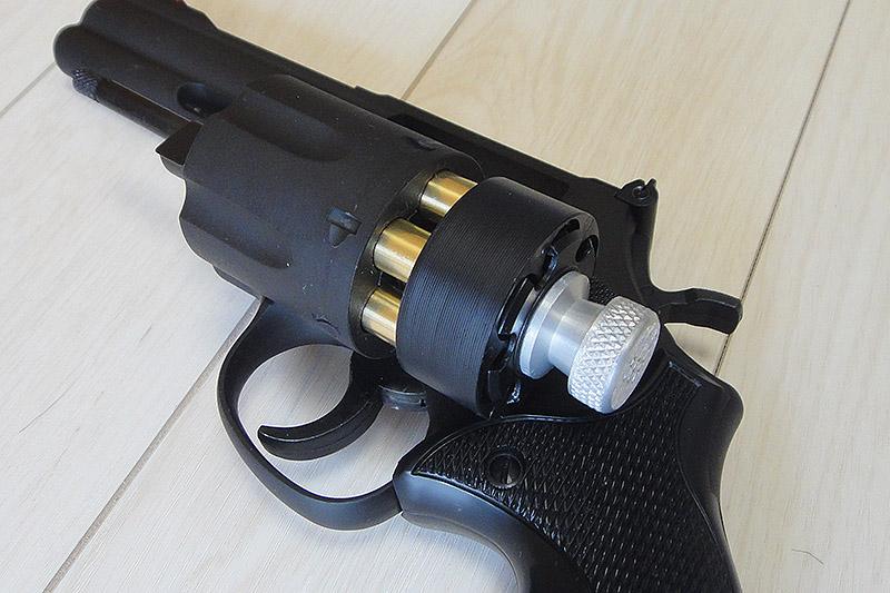 レプリカ品なんて存在しないのでHKS製のスピードローダー586用を買いました。 ただシリンダーの稼動部分が非常に渋く、銃を振ってスイングイン?