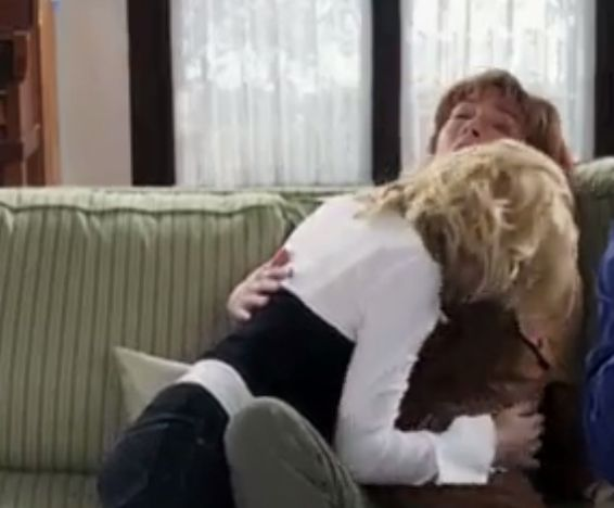 エリシャ・カスバート 肩を寄せ合いキスをするレズ濡れ場映像
