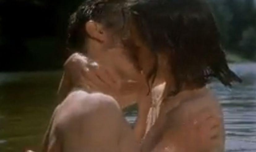 エリザベス・マクガヴァン 川辺で抱き合うラブシーン