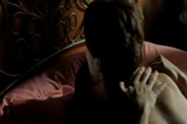 エルザ・マルティネッリ 暗やみの中で男に跨る濡れ場