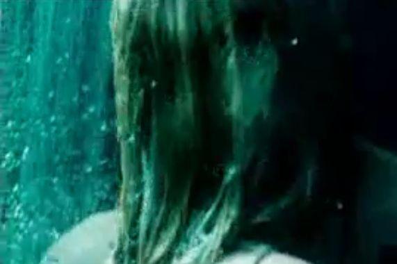 ジャニュアリー・ジョーンズシャワー室で抱き合う濡れ場