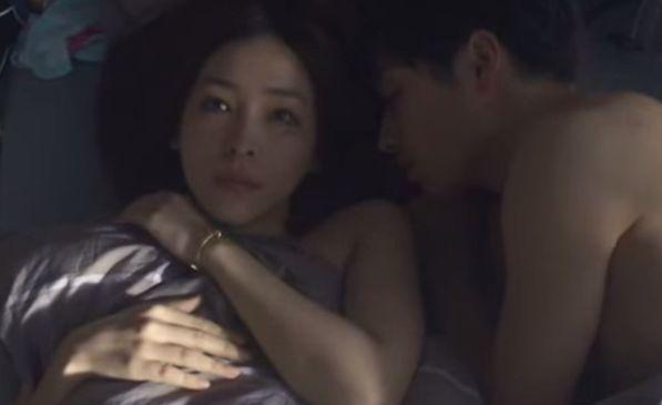 【麻生久美子】恥ずかしそうな表情を浮かべるラブシーン