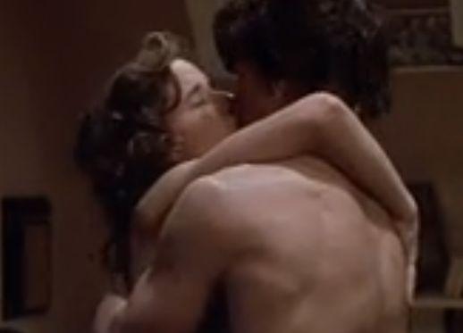 リー・トンプソン お互いを抱きしめキスを交わす濡れ場