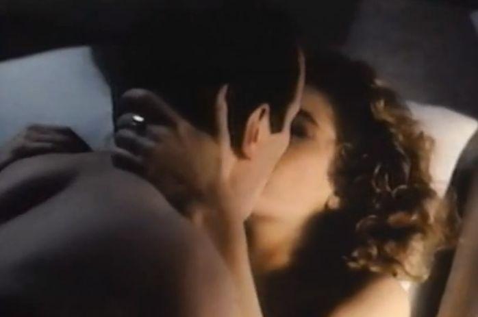 サラ・ランゲンフェルド 愛おしそうに見つめあいキスを交わす濡れ場
