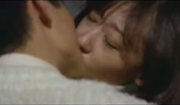 【山口いづみ】身を寄せ合い激しい接吻を交わす濡れ場