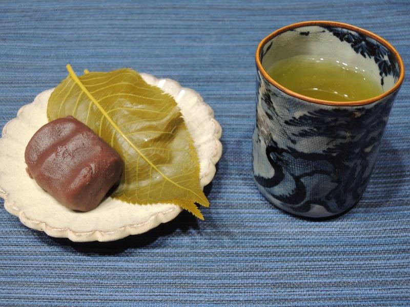 桜餅と玄米茶