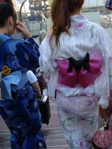 【エロ画像】夏祭りで浴衣が透け透けになってパンチラしてる素人多過ぎ(15枚)