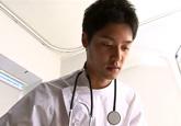ゲイ動画:白衣のイケメン超クールドクターにドキっ !!
