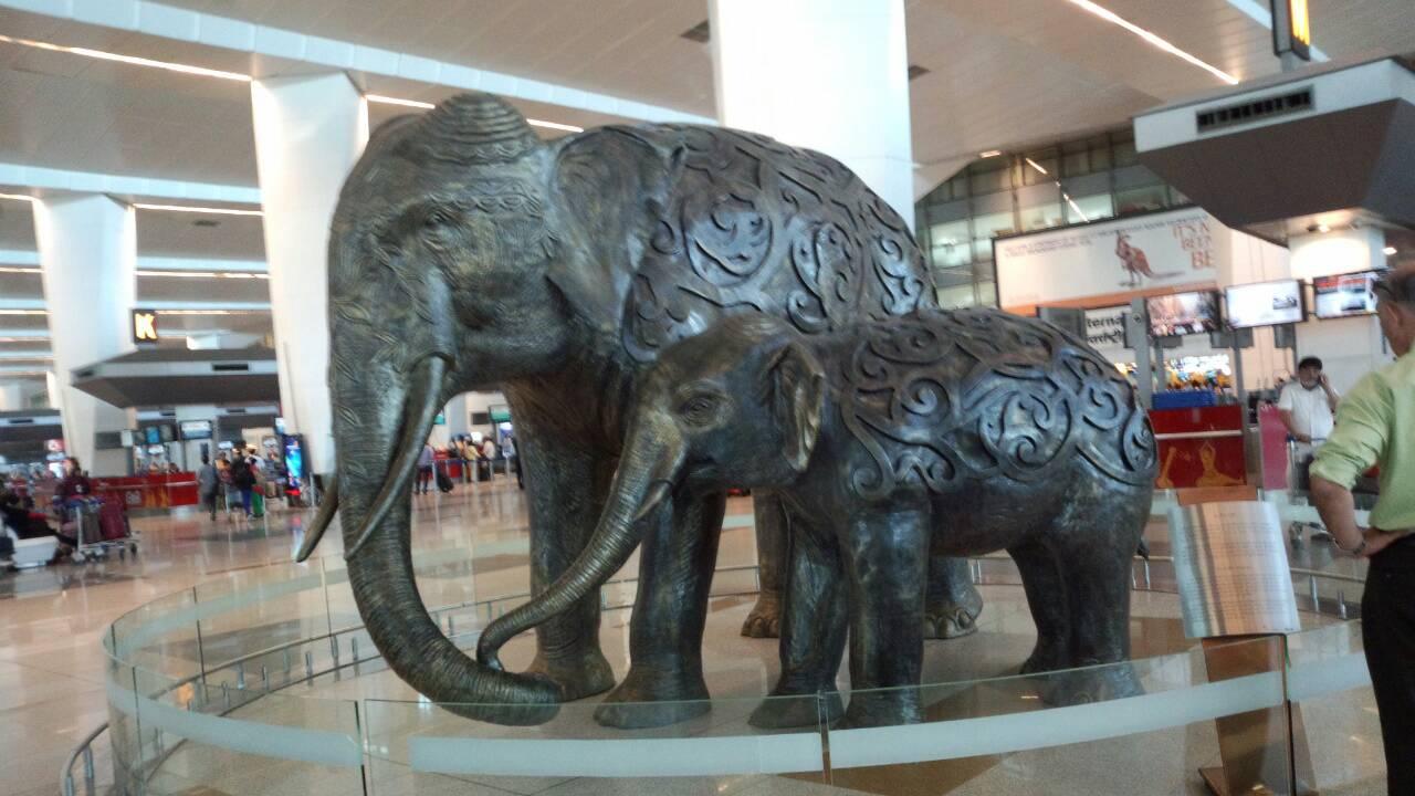 馬の置き物と象は最近垢ぬけてきたインドの空港にて3
