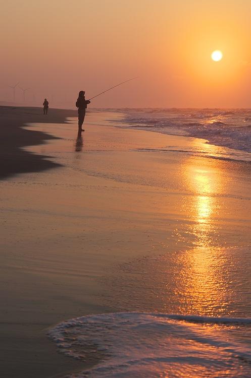 朝焼けの釣り人